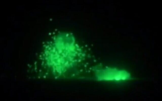 L'explosion d'un poste syrien le long de la frontière israélo-syrienne vue à travers un viseur de nuit de l'armée. (Capture d'écran Treizième chaîne)
