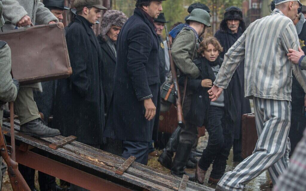 """Le jeune Joshua (August Maturo) au moment où il aperçoit son chien """"Caleb"""" (devenu un chien de garde nazi nommé """"Blitz"""") à son arrivée dans un camp de concentration dans """"Shepherd : L'histoire d'un chien juif"""" (Crédit : JDog Films)"""