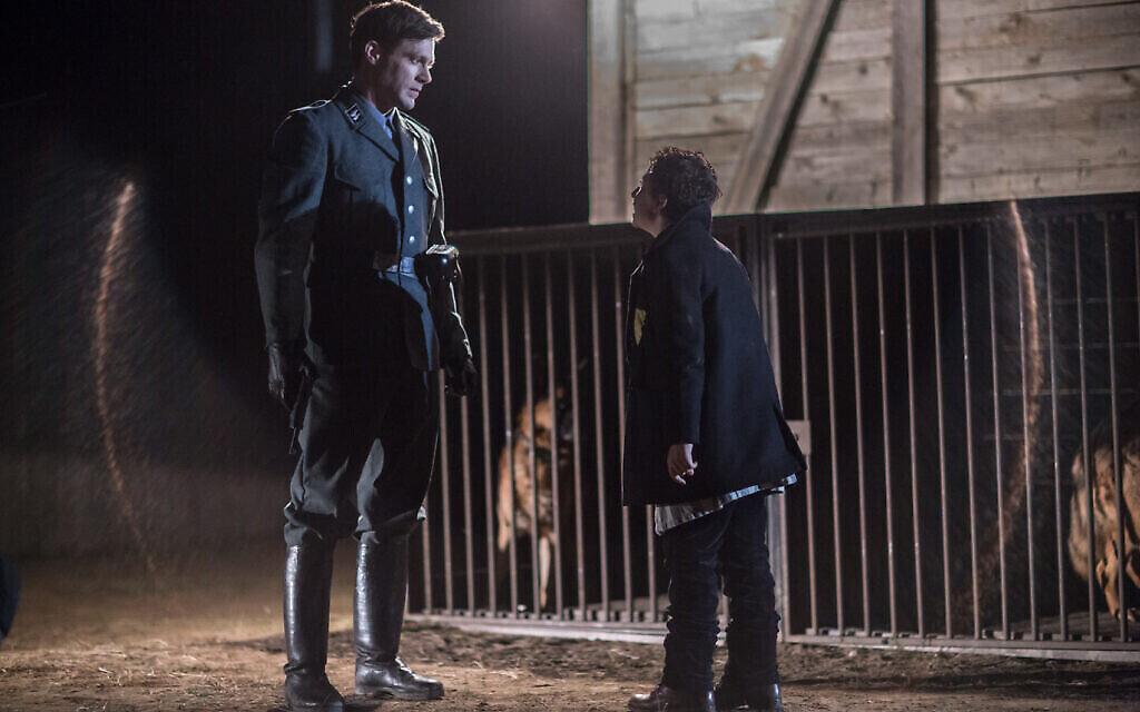 """Ken Duken dans le rôle de """"Ralph"""" (à gauche) et August Maturo dans le rôle de """"Joshua"""" dans """"Shepherd : L'histoire d'un chien juif"""" (Crédit : JDog Films)"""