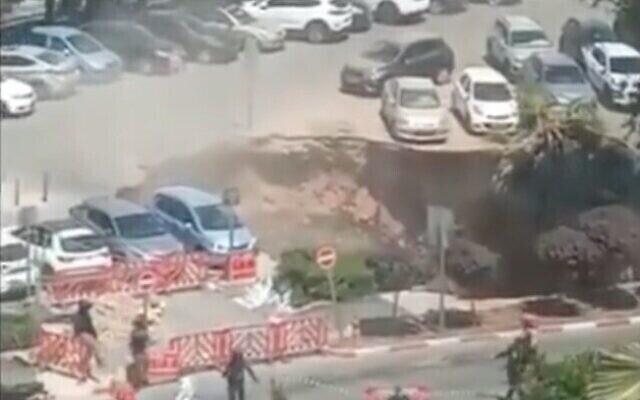 Capture d'écran d'une vidéo d'un gouffre qui s'est ouvert sur le parking du centre médical Shaare Zedek à Jérusalem, le 7 juin 2021. (Twitter)