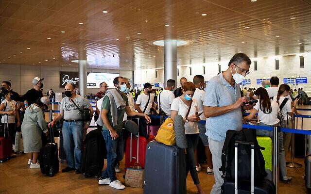 Des voyageurs à l'aéroport international Ben Gurion, le 23 juin 2021. (Crédit : Flash90)