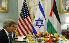 Le secrétaire d'État américain de l'époque, John Kerry, au département d'État pour marquer la reprise des pourparlers de paix israélo-palestiniens, le 29 juillet 2013. (Crédit : AP/Charles Dharapak)