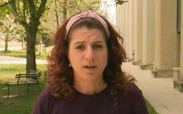 Maria Elkin parle des manifestations violentes et traumatisantes qui ont eu lieu devant son domicile par des partisans du Premier ministre Benjamin Netanyahu, lors d'une interview sur la Douzième chaîne, le 20 avril 2021. (Capture d'écran)