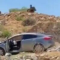La scène d'une attaque à la voiture-bélier et d'une attaque au couteau présumées près de Hizme, en Cisjordanie, le 16 juin 2021. (Capture d'écran : Twitter)