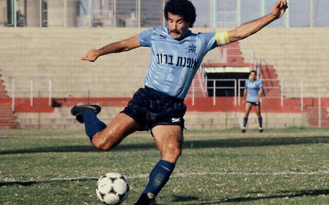 Vicky (Yitzhak) Peretz, joueur de football et manager israélien, en 1986 (Crédit:Moshe Shai /Flash90)