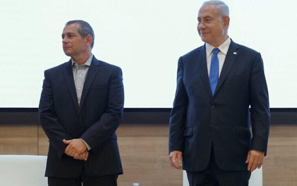 Le chef du Shin Bet Nadav Argaman, à gauche, et le Premier ministre Benjamin Netanyahu, le 11 avril 2021. (Autorisation)
