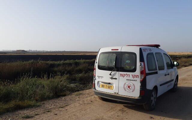 Un véhicule des services d'incendie et de secours stationné à côté d'un champ brûlé par un ballon incendiaire qui aurait été envoyé depuis la bande de Gaza, le 31 mai 2021. (Crédit :  Fire and Rescue Services)