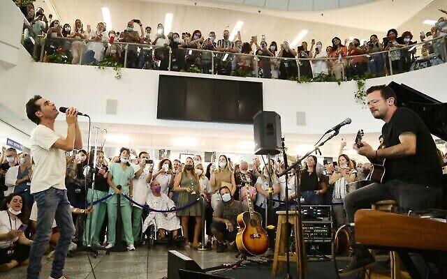 Le musicien Aviv Geffen se produit à l'hôpital Ichilov de Tel Aviv pour marquer la fin de la majorité des restrictions liées au virus, le 1er juin 2021 (Crédit : Courtoisie)