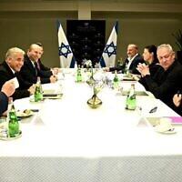 (De gauche à droite) : le leader de Yisrael Beytenu Avigdor Liberman, le dirigeant de Yesh Atid Yair Lapid, le chef de Yamina  Naftali Bennett, le responsable de Tikva Hadasha Gideon Saar, celui de Benny Gantz, le leader de Raam Mansour Abbas, la présidente du parti Travailliste Merav Michaeli et celui du Meretz, Nitzan Horowitz, lors d'une réunion à Tel Aviv, le 6 juin 2021. (Crédit : Raanan Cohen)