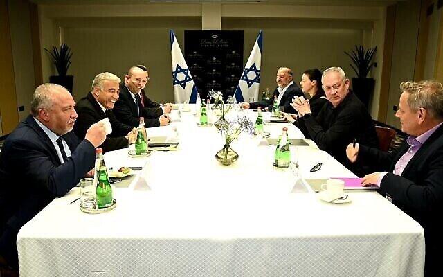 De gauche à droite: Avigdor Liberman, président d'Yisrael Beytenu, Yair Lapid, président de Yesh Atid, Naftali Bennett, président de Yamina, Gideon Saar, président de Tikva Hadasha, Mansour Abbas, président de Raam, Merav Michaeli, présidente de Avoda,, Benny Gantz, président de  Kakhol Lavan, et Nitzan Horowitz, président de Meretz, lors d'une réunion des dirigeants de la coalition à venir à Tel Aviv, le 6 juin 2021. (Ra'anan Cohen)