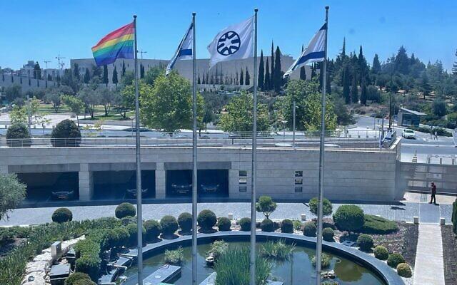Le drapeau LGBT affiché aux côtés du drapeau de l'État d'Israël et de celui du ministère des Affaires étrangères, à l'extérieur du bâtiment du ministère des Affaires étrangères, à Jérusalem, le 21 juin 2021. (Crédit  : Ministère des affaires étrangères)