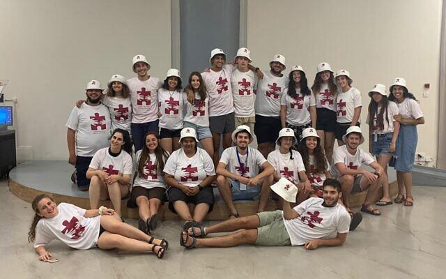 Des moniteurs de Piece of the Puzzle, l'une des 20 colonies organisés en Israël en juillet-août 2021 dans le cadre de Summer Camps Israel. (Crédit : Summer Camps Israel)