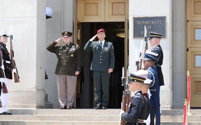 Le chef d'État-major de l'armée Aviv Kohavi, au centre, à droite, et le président des États-majors américains Mark Milley, au centre, à gauche, devant le département américain de la Défense à Washington, le 21 juin 2021. (Crédit :  Armée israélienne)