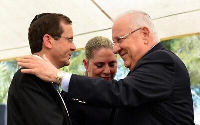 Le président Reuven Rivlin avec son successeur Issac Herzog et l'épouse d'Herzog Michael. (Crédit : Kobi Gideon / GPO)