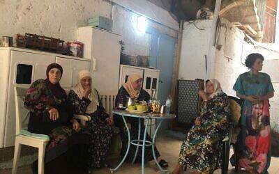 Tina (à droite), une habitante arabe d'Acre en compagnie de quelques voisines. Elle a tenté de protéger la galerie où elle travaille, qui appartient à des Juifs, lors des récents troubles dans la ville mixte, et demande comment et pourquoi cela s'est produit dans sa ville. (Jessica Steinberg / Times of Israel)