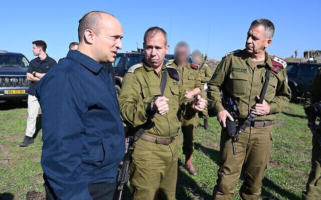 Le ministre de la Défense de l'époque, Naftali Bennett (G), s'entretient avec le chef d'état-major de Tsahal, Aviv Kohavi (D), et le général de brigade Avi Gil, chef de la 36e division du Commandement du Nord, sur le plateau du Golan, le 18 décembre 2019. (Ariel Hermoni/Ministère de la Défense)