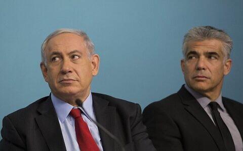 Le Premier ministre Benjamin Netanyahu (G) et le ministre des Finances de l'époque, Yair Lapid, lors d'une cérémonie de signature pour un nouveau port privé qui sera construit dans la ville d'Ashdod, dans le sud d'Israël, au bureau du Premier ministre à Jérusalem, le 23 septembre 2014. (Noam Revkin Fenton/Flash90)