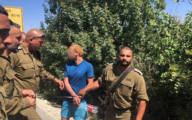 Un suspect arrêté après être entré en Israël depuis le Liban, le 7 juin 2021 (Crédit : armée israélienne)