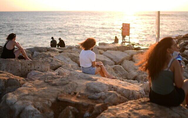 Des Israéliens au parc Charles Clore en bord de mer à Tel Aviv, le 14 juillet 2020. (Tomer Neuberg/Flash90)