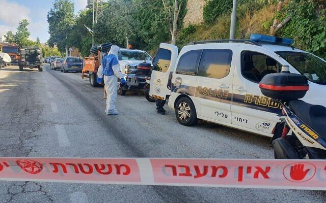 La scène d'un incident au cours duquel deux policiers ont été poignardés, faisant un blessé grave et un autre légèrement blessé dans l'implantation de Givat Ze'ev, le 2 juin 2021. (Crédit : Police israélienne)