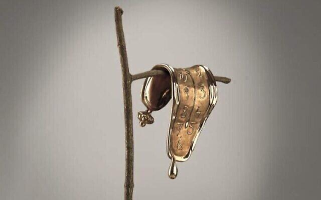 """La sculpture """"Persistance de la mémoire"""" de Salvador Dali qui sera exposée dans le cadre d'une exposition itinérante consacrée à l'artiste à la Herzliya Arena à partir du 9 juillet. (Autorisation : Art Investment Partners SL)"""