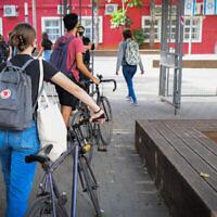 Illustration : Des étudiants israéliens portant des masques faciaux retournent à l'école à Tel Aviv, le 18 avril 2021. (Avshalom Sassoni/Flash90)