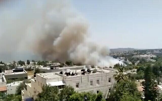 Un incendie près de la banlieue de Jérusalem, à Mevasseret Zion, le 13 juin 2021. (Capture d'écran : Twitter)
