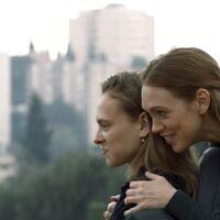 """Shira Haas (à gauche) et Alena Yiv (à droite) dans """" Asia """", le premier film bouleversant de Ruthy Pribar, projeté en Israël fin juin 2021 (Courtesy PR)."""