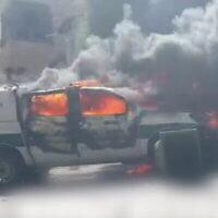 Deux voitures de police sont incendiées dans la ville de Deir al-Aasd, dans le nord d'Israël, au cours d'un affrontement entre des habitants et des officiers, le 19 juin 2021 (Capture d'écran/Twitter).