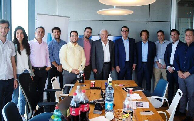 Yaron Carni, quatrième en partant de la gauche, David Friedman, au centre, et Steven Mnuchin, sixième en partant de la gauche, dans les bureaux de Maverick Ventures Israel rencontrant des entrepreneurs locaux, le 17 juin 2021. (Crédit : Michael Novoselov, Perimiter81)