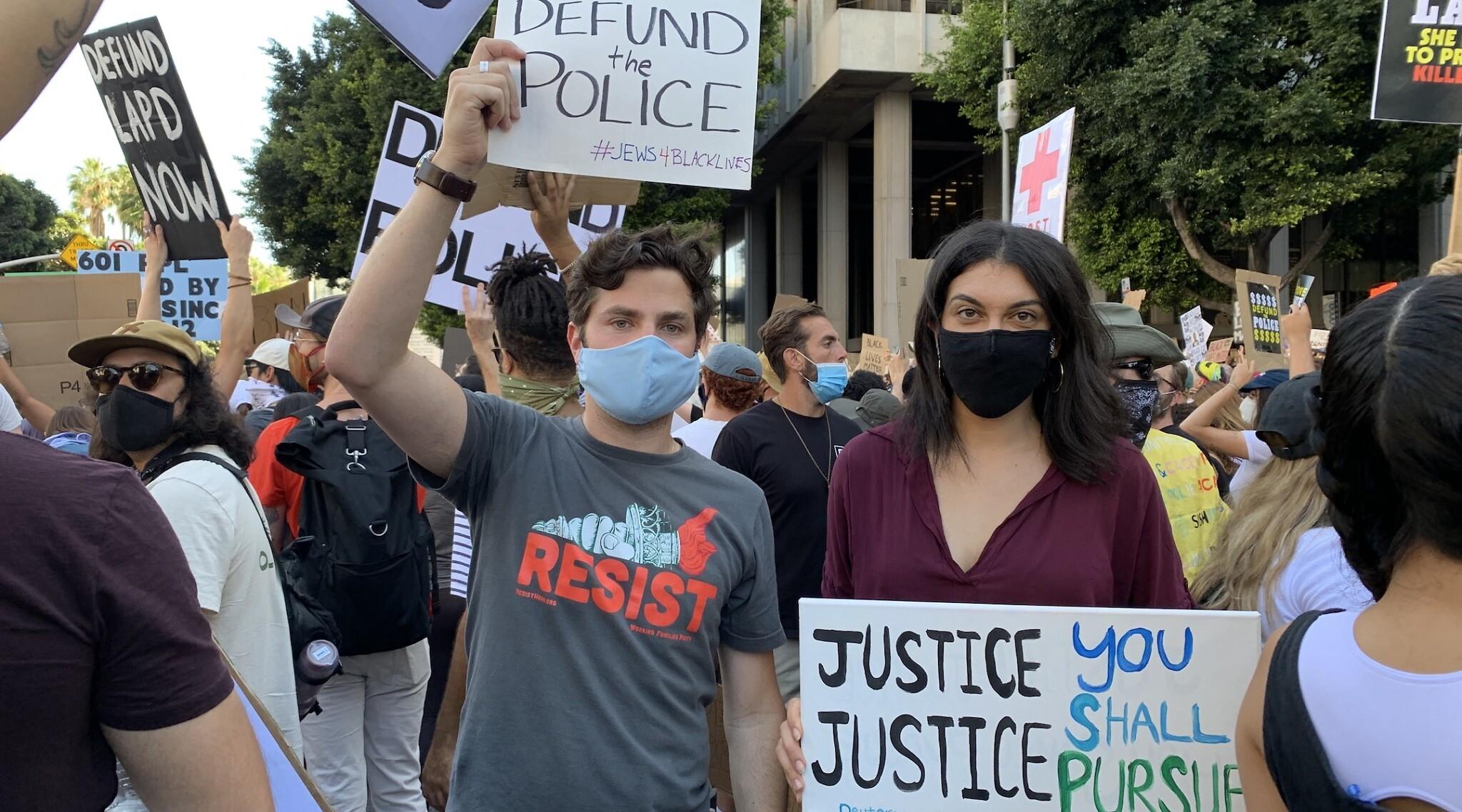 Un manifestant juif tient une pancarte dans le cadre des manifestations pour la justice sociale suite à la mort de George Floyd. (Courtoisie de Sumekh/ via JTA)