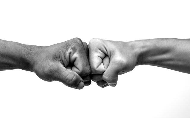 """Un """"check"""" entre deux hommes, symbole de réussite. (Crédit :  (Worawut Prasuwan; iStock by Getty Images)"""
