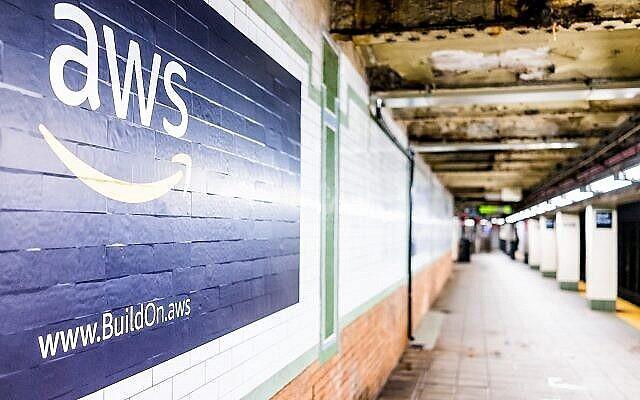 Publicité d'Amazon Web Services sur une plateforme souterraine dans une station de métro de New York (krblokhin ; iStock by Getty Images)