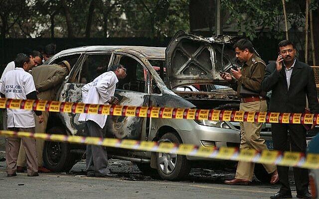 Des experts de la police indienne enquêtent sur les lieux après l'explosion d'une voiture appartenant à l'ambassade d'Israël à New Delhi, en Inde (photo : AP/Kevin Frayer/File).
