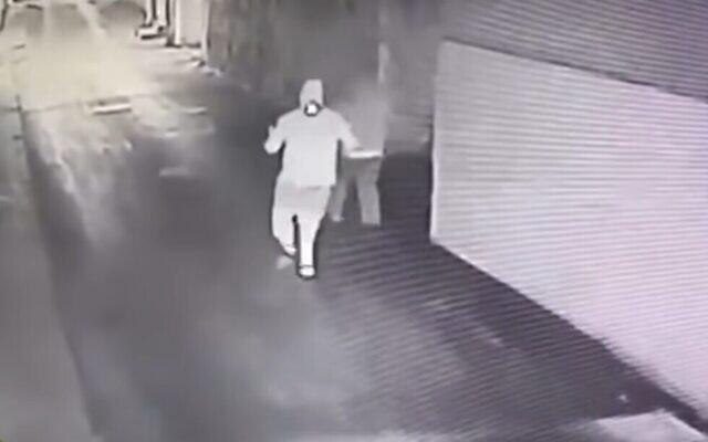 Des images des caméras de surveillance montrent des suspects lançant un cocktail Molotov contre la maison de la famille Gintazi à Jaffa, le 14 mai 2021. (Capture d'écran)