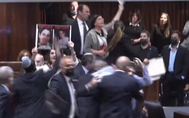 Des députés brandissant des portraits de victimes de la terreur lors d'une manifestation contre la prestation de serment du nouveau gouvernement, le 13 juin 2021. (Capture d'écran YouTube)