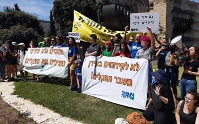 Des militants écologistes marquent la Journée mondiale des océans en manifestant à la Knesset contre un accord permettant le transfert du pétrole du Golfe vers l'Europe en utilisant Israël comme pont terrestre, le 8 juin 2021. (Crédit : Twitter)