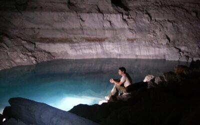 Le lac souterrain de la grotte d'Ayalon près de Ramle, dans le centre d'Israël. (Crédit : Israel Ne'eman)