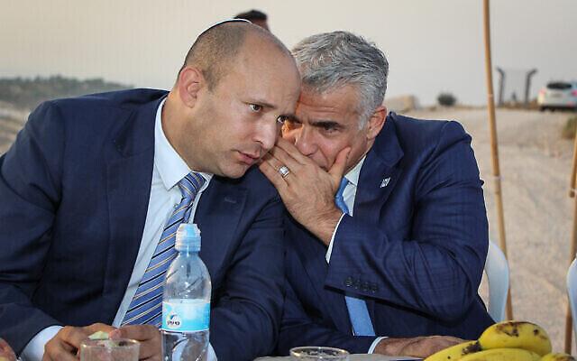 Naftali Bennett (G), alors ministre de l'Éducation, et Yair Lapid, président de Yesh Atid, lors d'une cérémonie à Netiv Haavot, dans l'implantation d'Elazar en Cisjordanie, le 23 juillet 2017. (Gershon Elinson/Flash90)