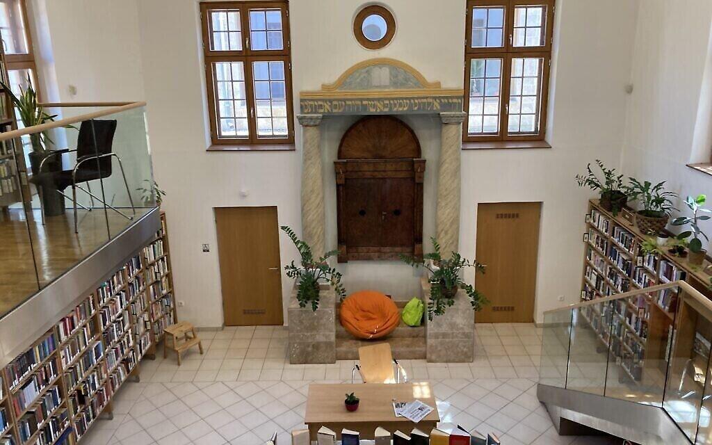 L'intérieur de la synagogue de style baroque de Nagyteteny, qui sert maintenant de bibliothèque publique. L'Arche sainte reste incrustée dans le mur est, le 11 mai 2021. (Crédit : Yaakov Schwartz/ Times of Israel)