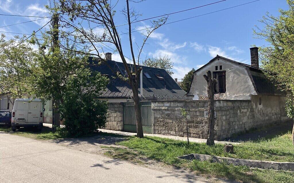 L'une des plus anciennes maisons de Nagyteteny, qui fait maintenant partie de la municipalité de Budapest, le 11 mai 2021. (Crédit: Yaakov Schwartz/ Times of Israel)