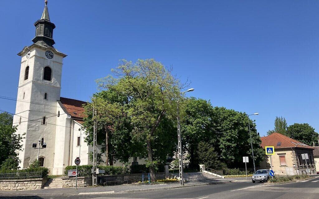 Une église dans l'une des rues principales de la petite commune de Nagyteteny, qui fait maintenant partie du 22e arrondissement de Budapest, le 11 mai 2021. (Crédit: Yaakov Schwartz/ Times of Israel)