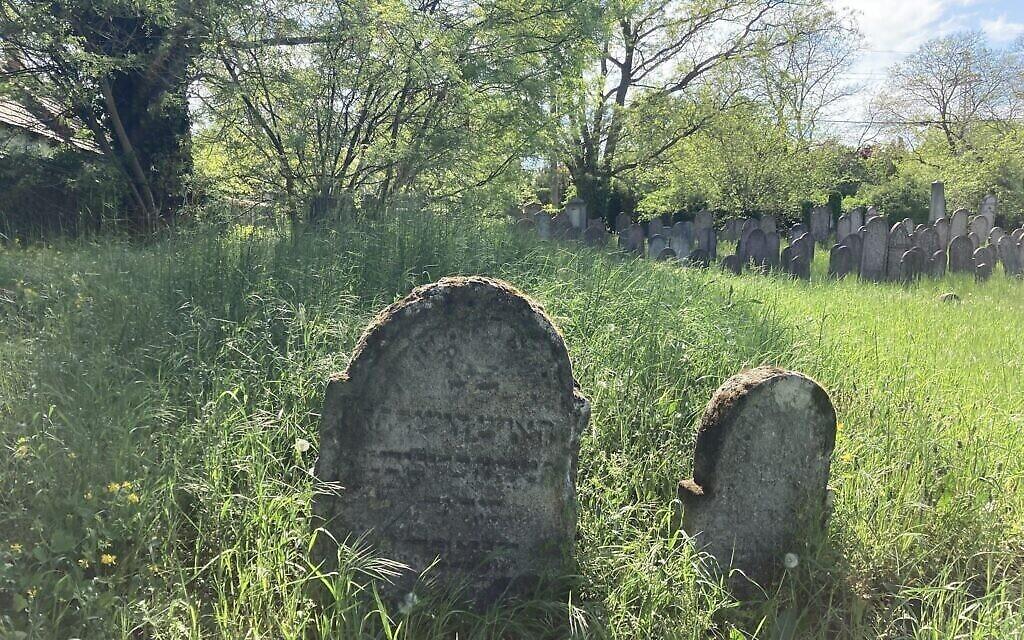 L'ancien cimetière juif de Nagyteteny, le 11 mai 2021. (Crédit : Yaakov Schwartz/ Times of Israel)