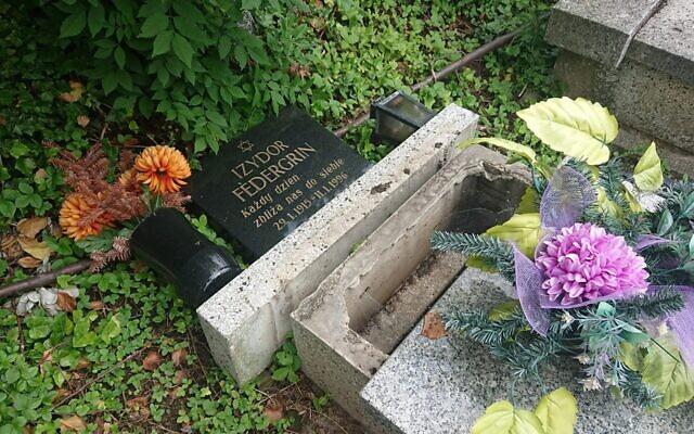 Une pierre tombale vandalisée au cimetière juif de Bielsko-Biała, en Pologne, le 26 juin 2021. (Crédit : communauté juive de Bielsko-Biała via JTA)