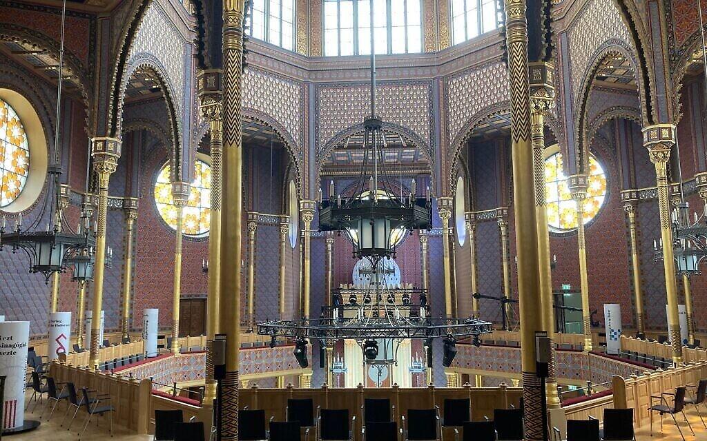 Intérieur de la synagogue Rumbach, le 10 juin 2021. (Yaakov Schwartz/ Times of Israel)