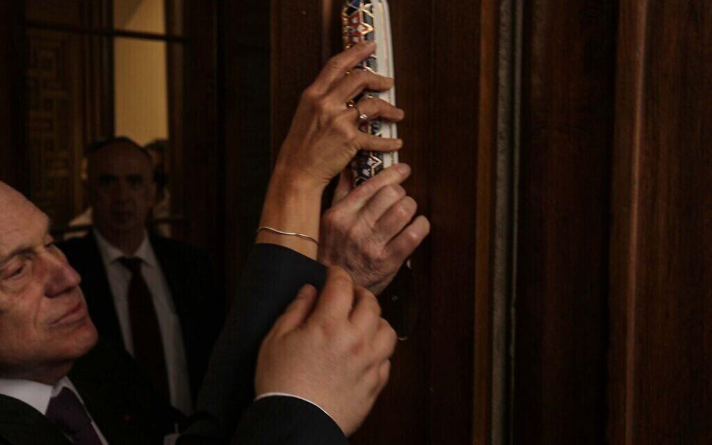 Le président du Congrès juif mondial, Ronald Lauder, aide à placer une mezouza lors de la réouverture de la synagogue Rumbach à Budapest, en Hongrie, le 10 juin 2021. (Photo : Akos Szentgyorgyi)