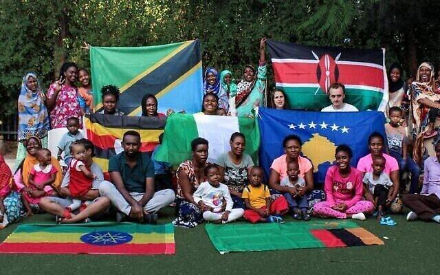 Des enfants d'Éthiopie, de Tanzanie, du Nigeria, du Kenya, du Kosovo, d'Ouganda et de Zambie traités à Holon, posent avec leurs tuteurs en juin 2021. (Courtoisie de Save a Child's Heart)
