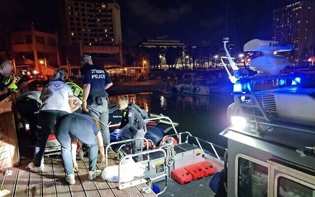 Des sauveteurs tirent de la mer un enfant qui s'est noyé près de Tel Aviv, le 18 juin 2021. (Magen David Adom)