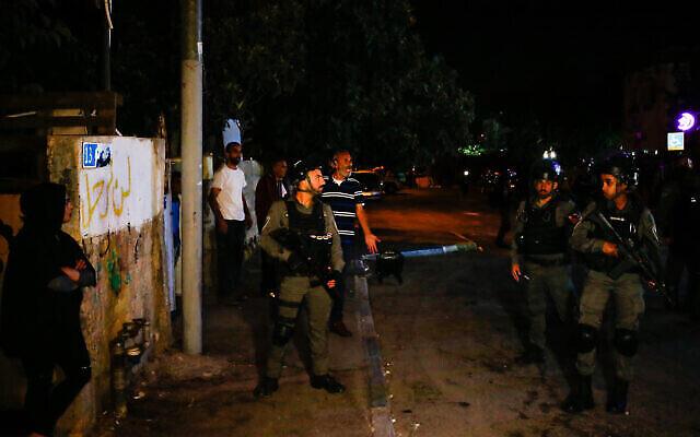 Illustration : Des agents de la police des frontières montent la garde près d'une maison juive dans le quartier de Sheikh Jarrah à Jérusalem-Est, le 22 juin 2021. (Jamal Awad/Flash90)