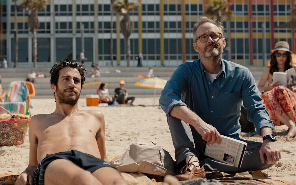 """Niv Nissim, à gauche, joue le rôle de Tomer et John Benjamin Hickey, à droite, celui de Michael dans """"Sublet"""" d'Eytan Fox. (Daniel Miller)"""